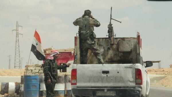 Блокпост сирийских военных на дороге Хомс-Ракка. Архивное фото