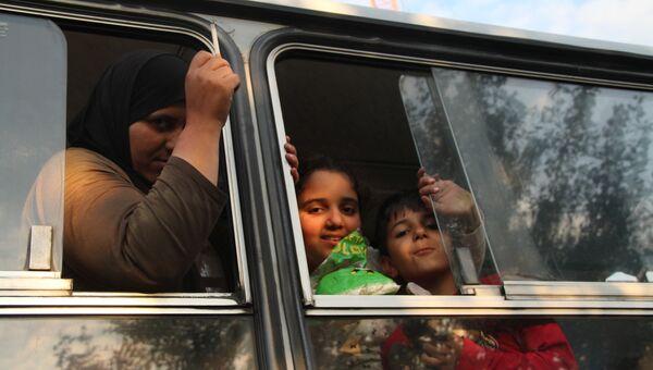 Беженцы в автобусах ждут отправки в миграционный пункт Реске