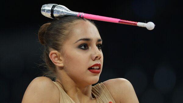 Маргарита Мамун (Россия) выполняет упражнения с булавами в квалификационных соревнованиях на чемпионате мира по художественной гимнастике в немецком Штутгарте
