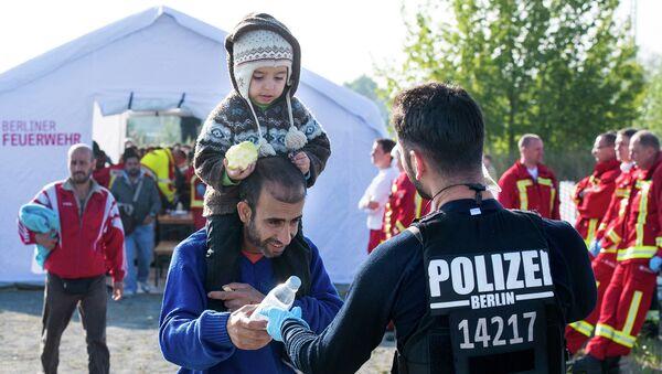 Беженцы на станции недалеко от Берлина, Германия. Сентябрь 2015