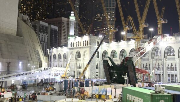 Место падения строительного крана в мечети в Мекке