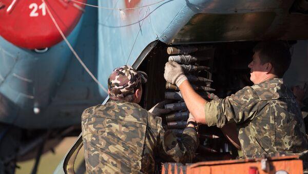 Военнослужащие у самолета Су-25 авиационной группы Военно-воздушных сил Белоруссии. Архивное фото