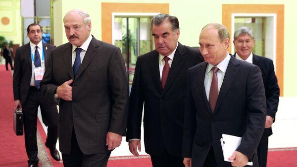 Президент России Владимир Путин, президент Таджикистана Эмомали Рахмон и президент Белоруссии Александр Лукашенко (справа налево на первом плане) и президент Киргизии Алмазбек Атамбаев перед началом заседания ОДКБ