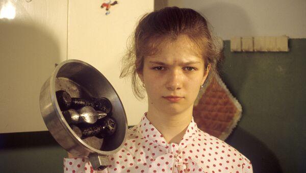 Школьница Инга Гайдученко, к рукам которой прилипают предметы