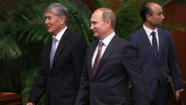Президент России Владимир Путин (в центре) и президент Киргизии Алмазбек Атамбаев. Саммит ОДКБ
