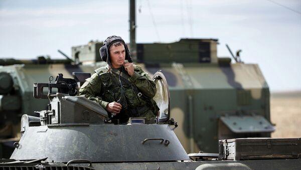 Военнослужащий во время стратегических командно-штабных учений Центр-2015 в Астраханской области. Архивное фото