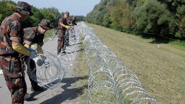 Военнослужащие венгерской армии устанавливают заграждения на границе с Хорватией, 18 сентября 2015. Архивное фото