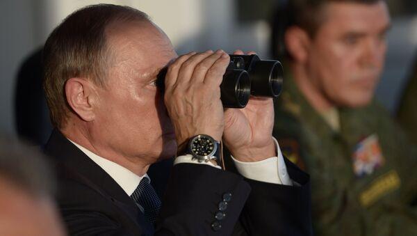 Президент России, Верховный главнокомандующий РФ Владимир Путин наблюдает за ходом учений Центр-2015