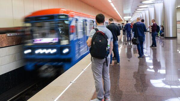 Пассажиры на открывшейся станции московского метрополитена Котельники