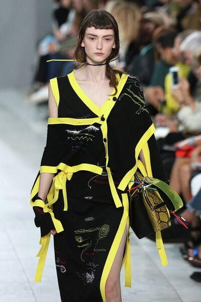 Модель во время показа коллекции Christopher Kane в рамках Недели моды в Лондоне