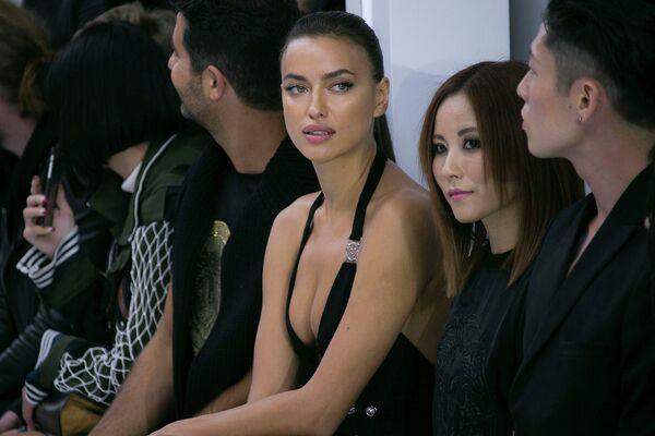 Российская модель Ирина Шейк во время показа коллекции Versus Versace в рамках Недели моды в Лондоне