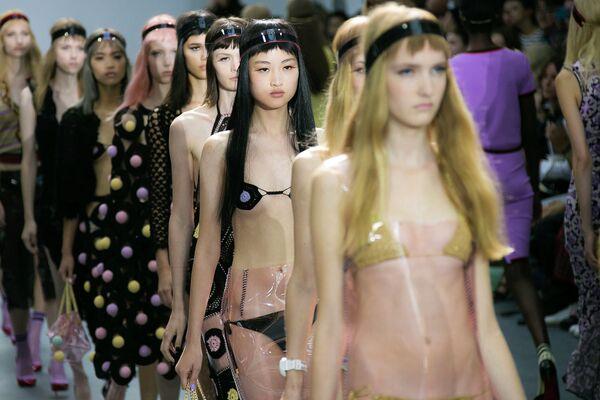 Модели во время показа коллекции Sibling в рамках Недели моды в Лондоне