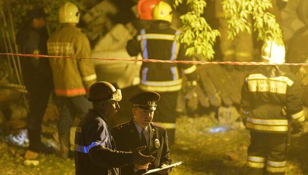 Сотрудники МЧС и правоохранительных органов на месте обрушения жилого дома в Омске