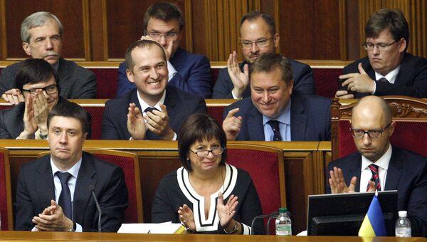 Министр финансов Украины Наталья Яресько, премьер-министр Арсений Яценюк и члены кабмина аплодируют принятию Верховной радой пакета законов по реструктуризации госдолга