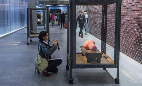 Посетительница у скульптуры Клетка XXIII американского скульптора Луизы Буржуа в музее современного искусства Гараж