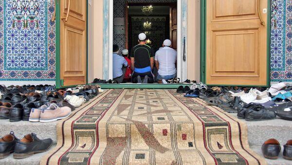 Мусульмане во время праздника Курбан-Байрам в Севастопольской соборной мечети Акъяр Джами в Крыму