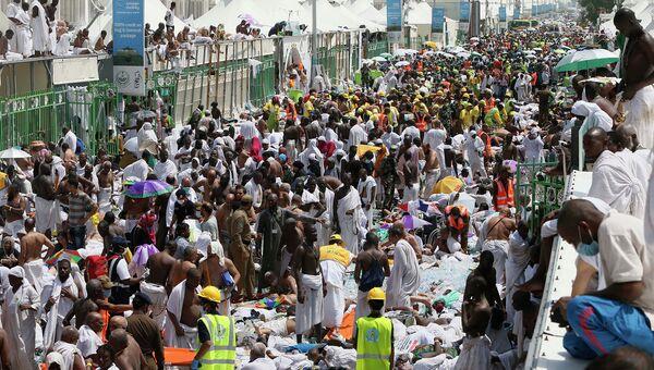 Паломники и спасатели на месте трагедии близ Мекки, Саудовская Аравия