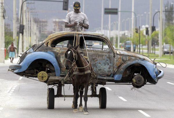 Повозка, запряженная лошадью на улице Рио-де-Жанейро, Бразилия