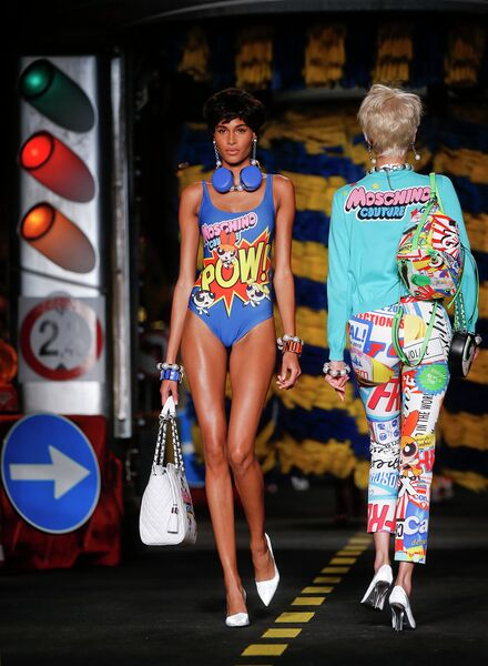 Модель во время показа коллекции Moschino на Неделе моды в Милане