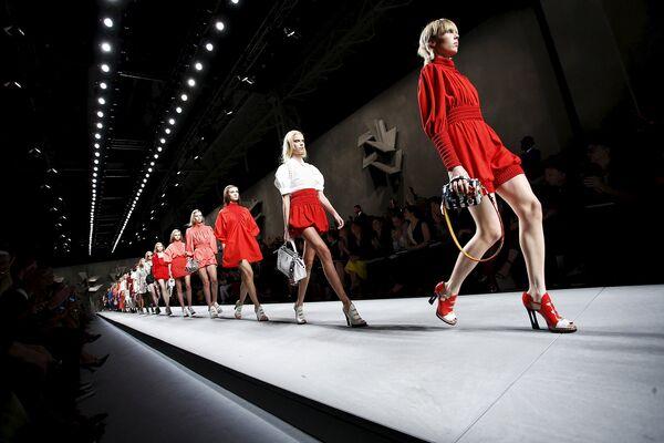 Модель во время показа коллекции Fendi на Неделе моды в Милане