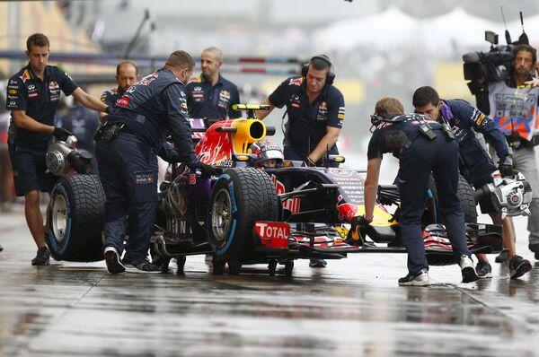 Российский автогонщик Даниил Квят (в центре) накануне Гран-при Формулы-1 в Японии