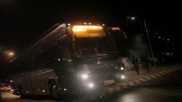 Радикалы кидали файеры в автобус с беженцами в Финляндии. Кадры инцидента