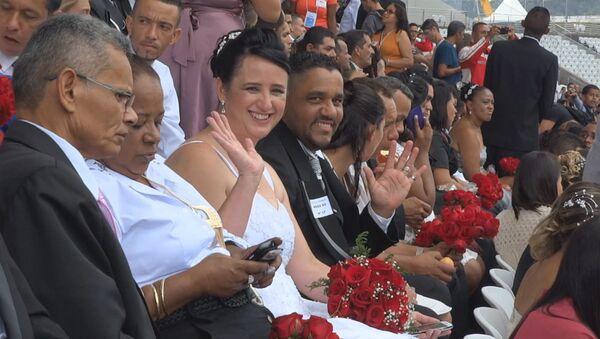 Массовая свадьба на футбольном стадионе: более 400 пар поженились в Сан-Паулу
