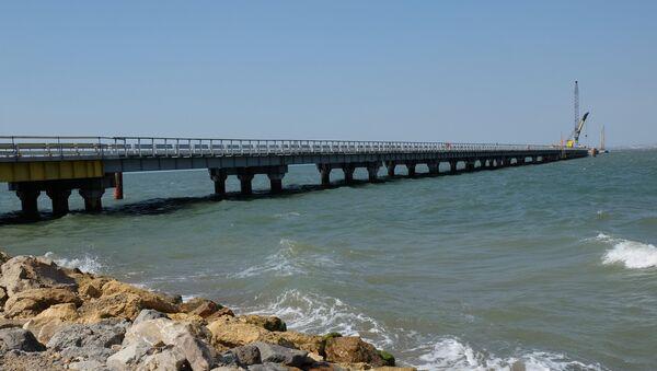Установка временного моста в окрестностях порта Тамань. Архивное фото