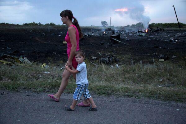 Местные жители на месте крушения на месте крушения малайзийского самолета Boeing 777 в Донецкой области