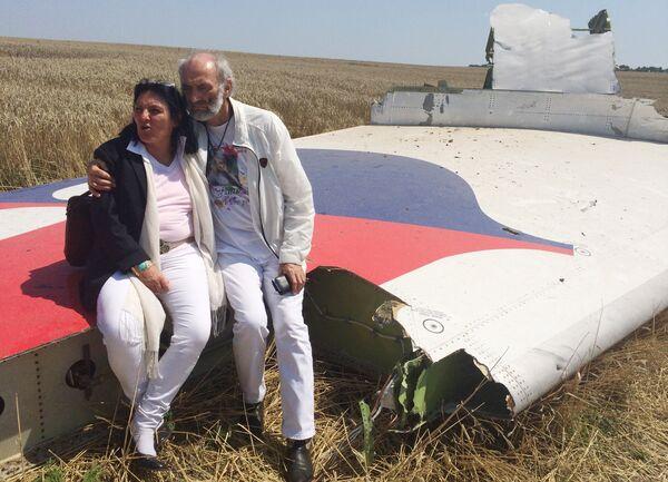 Родители погибшей в авиакатастрофе девушки на месте крушения самолета в Донецкой области