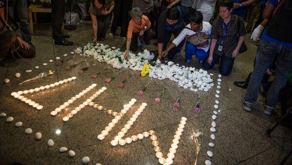 Люди возлагают цветы в память о погибших в авиакатастрофе малайзийского самолета Boeing 777 в районе города Шахтерск Донецкой области. Куала-Лумпур. Архивное фото