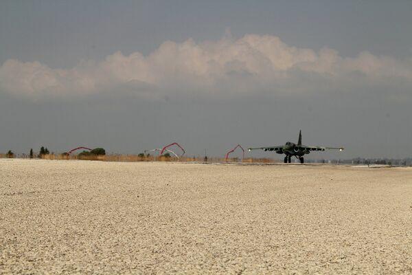 Российский самолет приземляется на аэродроме Хмеймим
