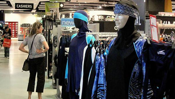 Продажа купальных костюмов для мусульманок. Архивное фото