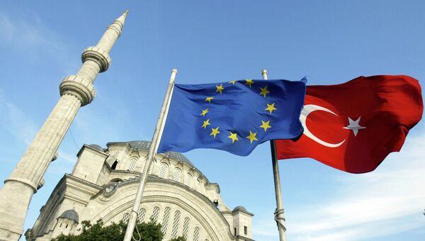 Флаги Турции и ЕС. Архивное фото
