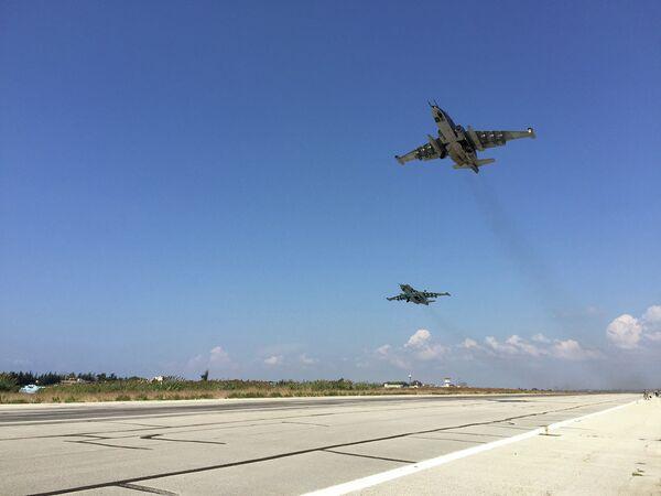 Звено российских Су-25 взлетает с авиабазы Хмеймим в Сирии