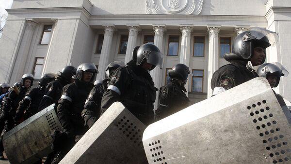 Сотрудники полиции у здания Верховной Рады в Киеве. Архивное фото