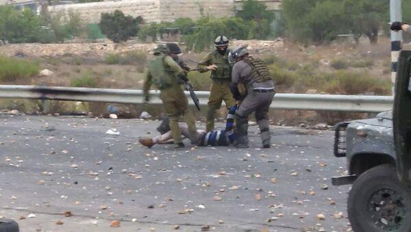 Силовики ногами били лежащего палестинца во время столкновений в Рамалле