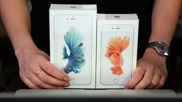 Продавец демонстрирует новые смартфоны Apple iPhone 6 и iPhone 6 plus. Архивное фото
