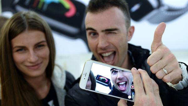 Покупатели знакомится с функциями новых смартфонов Apple iPhone 6 и iPhone 6 plus