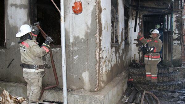 Сотрудники пожарной охраны МЧС России на месте пожара в частном доме в станице Холмской Абинского района Краснодарского края, в результате которого погибли семь детей