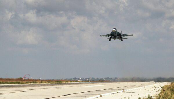 Российский бомбардировщик взлетает из аэропорта Латакии, Сирия