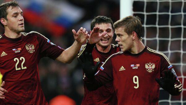 Игроки сборной России Артём Дзюба, Алан Дзагоев поздравляют Александра Кокорина (слева направо) с забитом мячом в матче с Черногорией