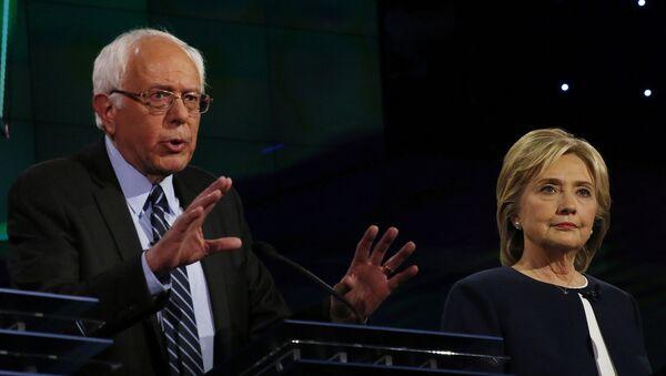 Кандидаты в президенты от Демократической партии США Бери Сандерс и Хиллари Клинтон. Архивное фото