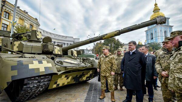Министр обороны Украины Степан Полторак и президент Украины Петр Порошенко на выставке военной техники приуроченной ко Дню защитника Украины в Киеве