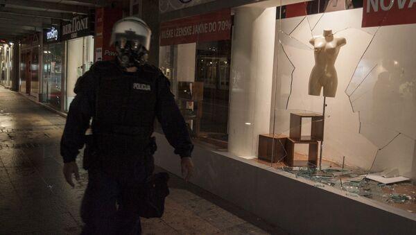 Полицейский во время антиправительственной акции протеста в Подгорице, Черногория