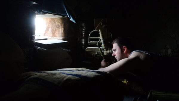 Военнослужащий в наблюдательном пункте ополчения Сирийской Арабской армии на окраине района Джобар в Дамаске, удерживаемого боевиками Джебхат ан-Нусра