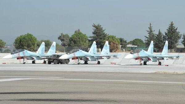 Истребители Воздушно-космических сил РФ СУ-30 СМ готовятся к вылету с авиабазы Хмеймим в сирийской провинции Латакия. Архивное фото
