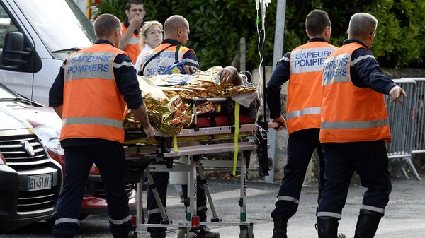 На месте столкновения пассажирского автобуса и грузовика неподалеку от города Либурн в департаменте Жиронда, Франция. 23 октября 2015