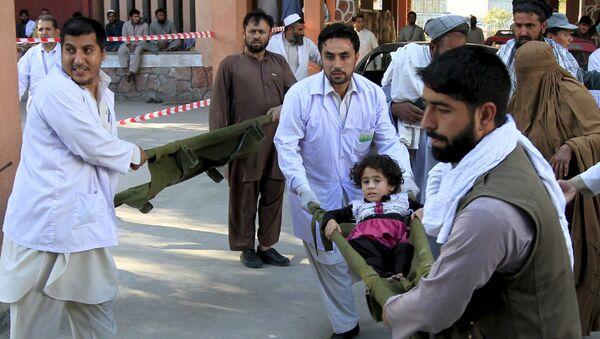 Спасатели несут в больницу пострадавшую во время землетрясения девочку больницу, Афганистан