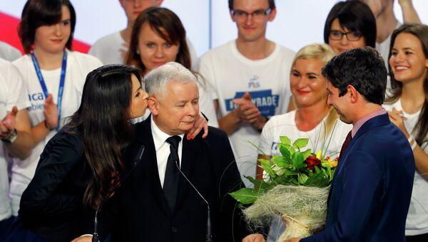 Лидер оппозиционной партии Право и справедливость экс-премьер Польши Ярослав Качиньский с дочерью. 25 октября 2015